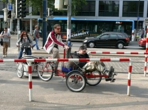 Asta Wünsche zusammen mit Silvia Grauer, Hund, Anhänger und Tandem unterwegs auf dem höchst anspruchsvollen Heidelberger Radparcour am Römerkreis.